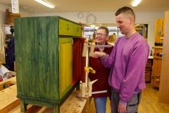Daniel och Jenny bygger ett skåp till utställningen.