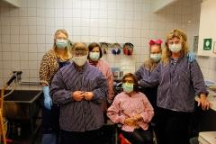 Caisa, Anna, Saga, Havin, Therese och Monika är redo för att färga tyger.